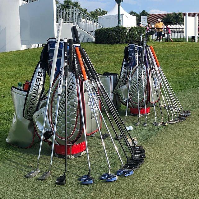 putter w torbie golfowej