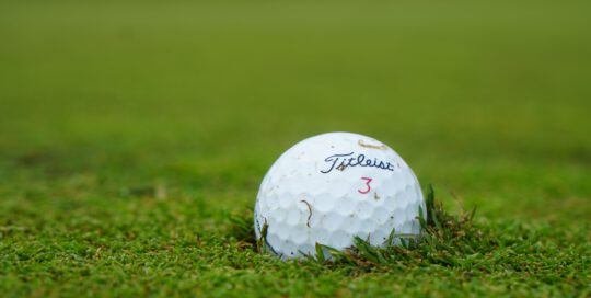 Jakie piłki golfowe używane warto wybrać? Podstawowe kryteria wyboru – marka, cena, jakość