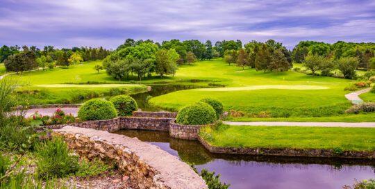 jak zacząć grać w golfa na polu golfowym